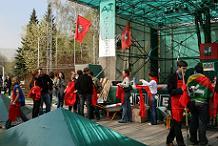 Активисты московской территориальной организации Российского профсоюза студентов Союз молодежи на торжественном возложении цветов к Обелиску Москва-Город-Герой